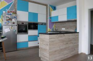 Moderní barevná kuchyně s modrými skříněmi