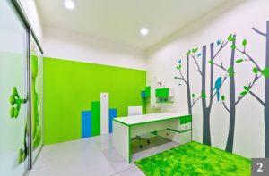 Pracovní stůl v dětském pokoji s přírodními motivy