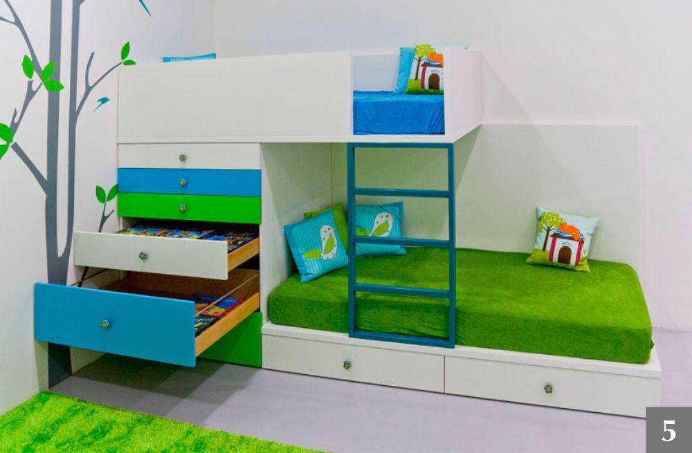 Dvoupatrová postel v dětském pokoji se spoustou úložného prostoru