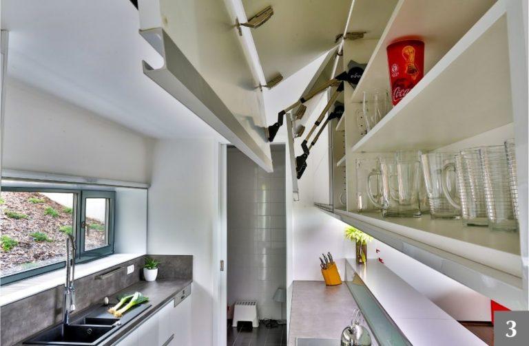 Systém otevírání horních skříní v kuchyni