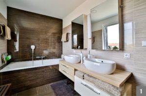 Koupelna na míru kombinující dřevěné a moderní prvky