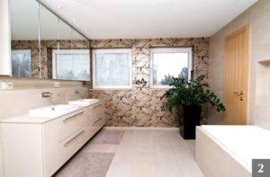 Světlý koupelnový nábytek s výraznou tapetou