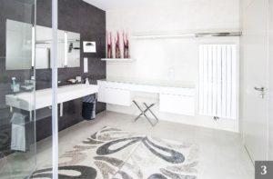 Světlá minimalistická koupelna na míru