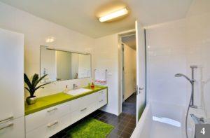 Bílo-zelený koupelnový nábytek na míru