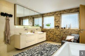 Světlý koupelnový nábytek na míru s výraznými úchyty