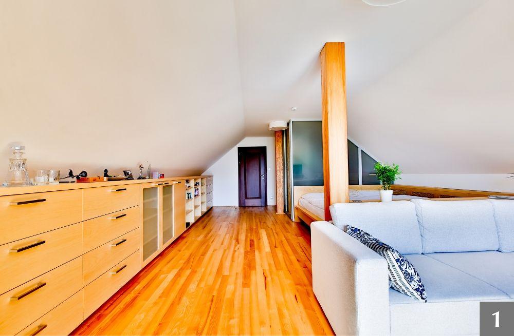 Ložnice a vestavěné skříně s přiznanými sloupy