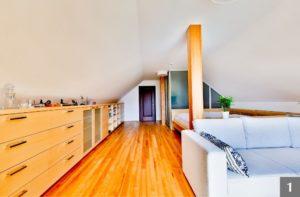 Ložnice ze světlého dřeva s přiznanými sloupy