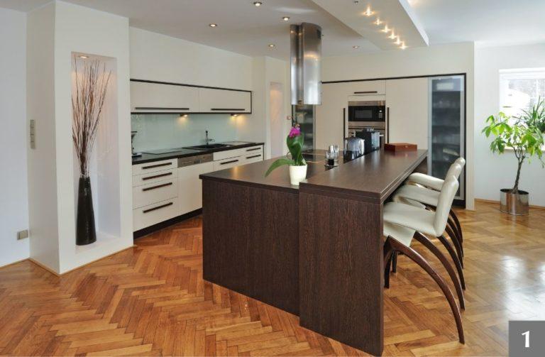 Moderní kuchyně s kombinaci bílého a tmavého dřeva s výraznými úchyty