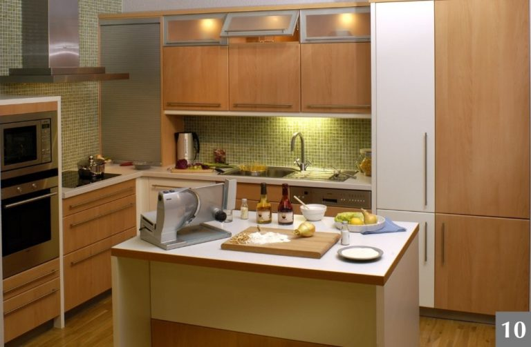 Moderní kuchyně s drobnými kachličkami a ostrůvkem