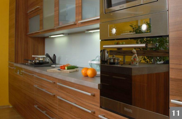 Moderní kuchyně se prosklenými skříňkami a výraznými úchyty