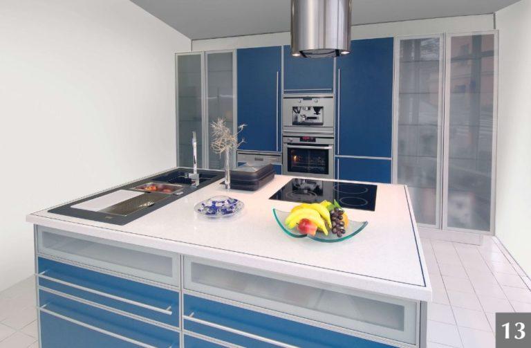 Moderní kuchyně v modrém provedení s kuchyňským ostrůvkem