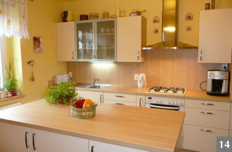 Světlá a cenově dostupná moderní kuchyně