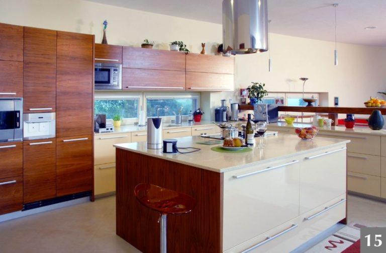 Moderní dřevěná kuchyně s velkým kuchyňským ostrůvkem a barem