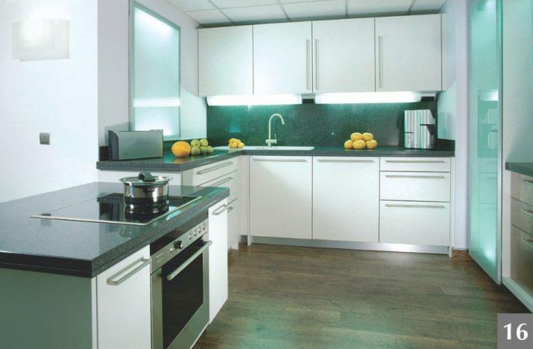Moderní kuchyně s výraznými skleněnými detaily