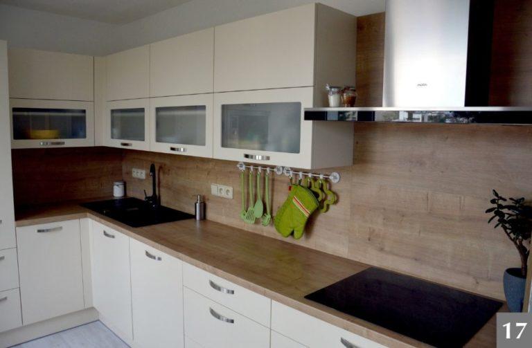 Moderní kuchyně s dřevěnými obklady
