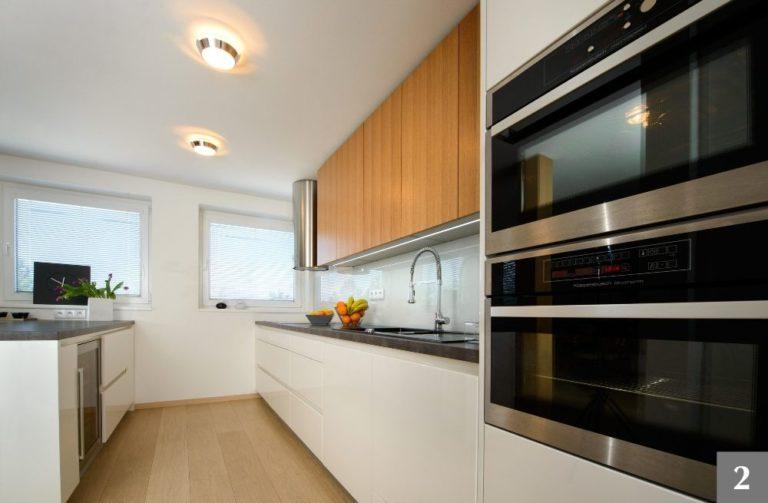 Moderní kuchyně kombinující bílou barvu a přirodní dřevo