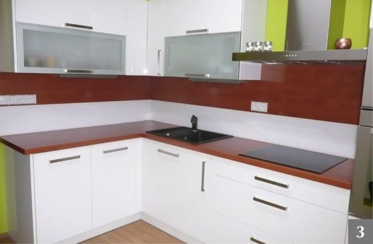 Moderní bílá kuchyně s tmavou kuchyňskou linkou