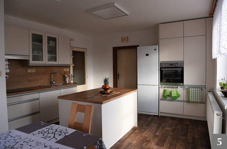 Moderní kuchyně v přírodních barvách s ostrůvkem
