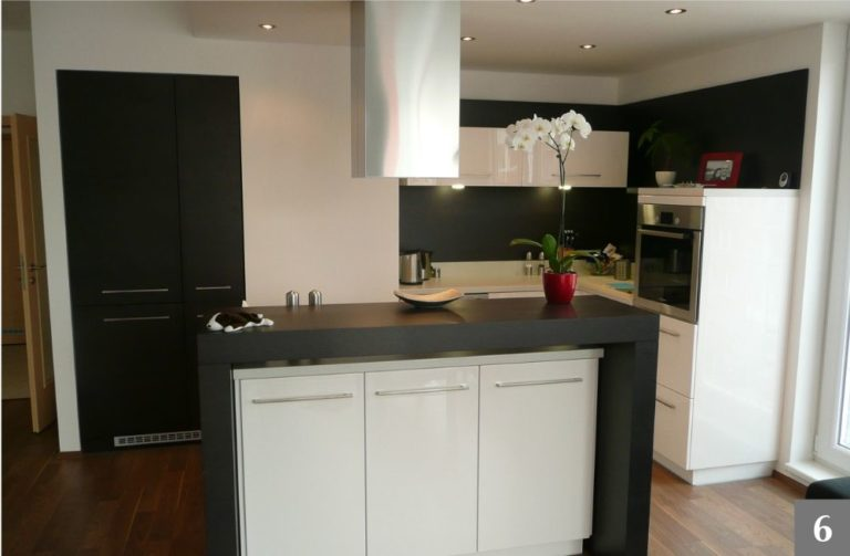 Moderní černo-bílá kuchyně s kuchyňským ostrůvkem