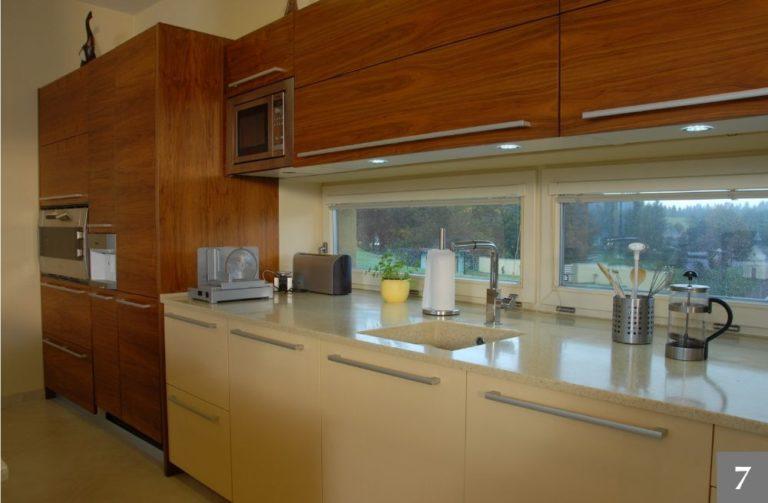 Moderní kuchyně s přiznanými prvky dřeva