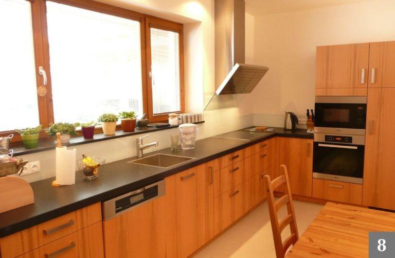 Moderní kuchyně ze světlého dřeva