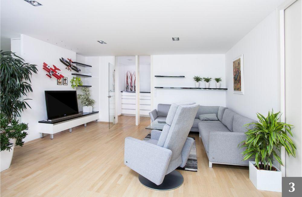 Minimalistický obývací pokoj s policemi