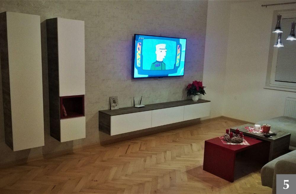Obývací pokoj s červenými detaily