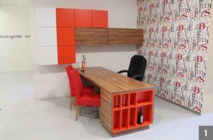 Moderní pracovna v červené barvě ve studiu v Olomouci