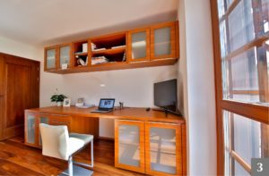Dřevěný nábytek na míru do pracovny