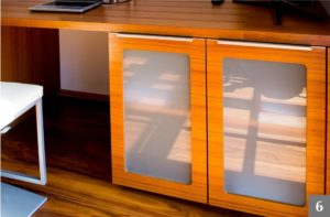 Skříňka na míru v kombinaci dřevo a sklo