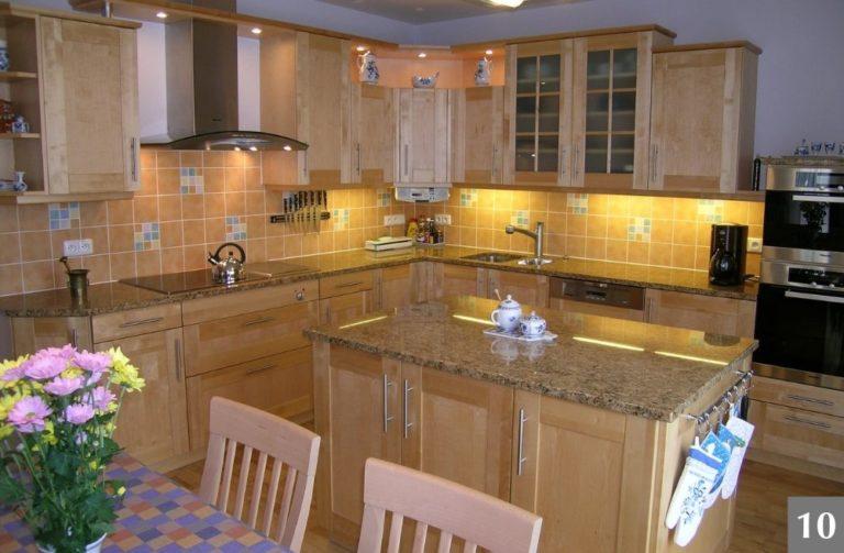 Rustikální kuchyně ze světlého dřeva s mramorovou deskou