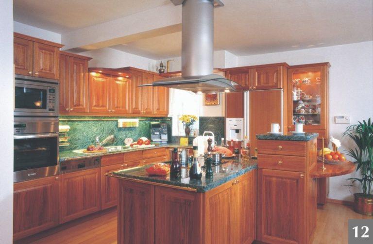 Rustikální dřevěná kuchyně s moderními spotřebiči