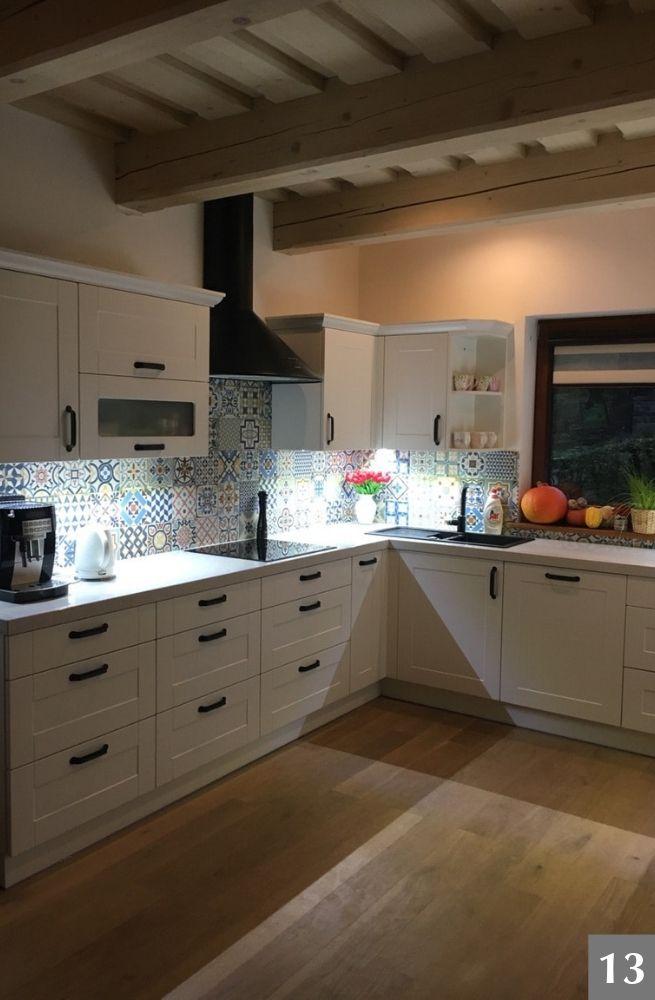 Bílá rustikální kuchyně s výraznými obklady