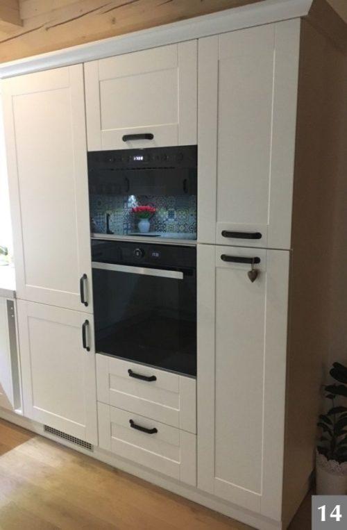 Moderní spotřebiče v rustikální bílé kuchyni