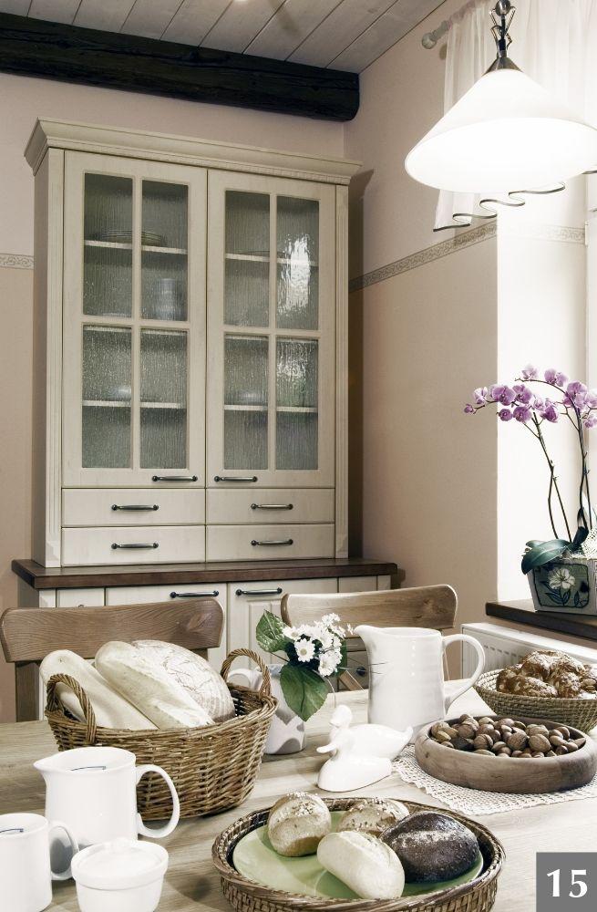 Rustikální kuchyně v kombinaci bílá a sklo