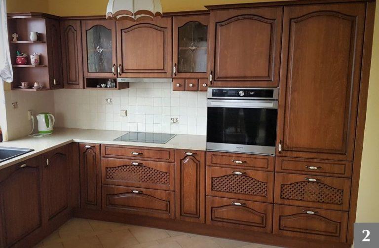 Tmavá rustikální kuchyně s výraznými detaily