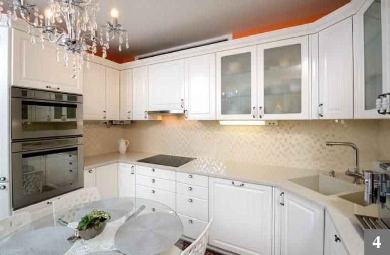 Bílá rustikální kuchyně s výraznými úchyty