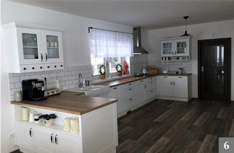 Rustikální kuchyně kombinující bílé a přírodní dřevo