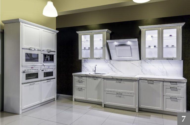 Rustikální kuchyně s mramorovou kuchyňskou deskou
