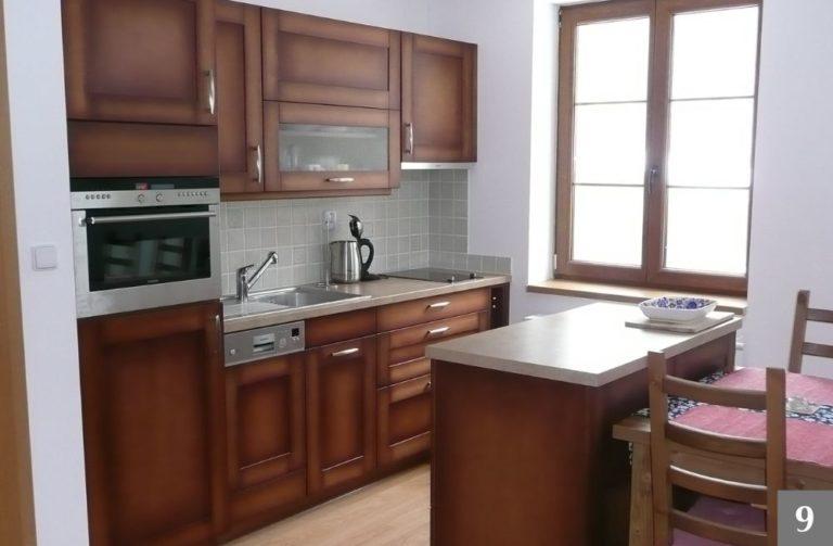 Hnědá rustikální kuchyně se světlou pracovní deskou