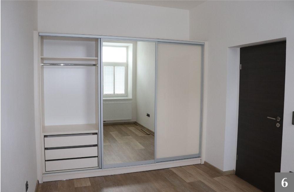 Vestavěná skřín s úložným systémem a zrcadelem