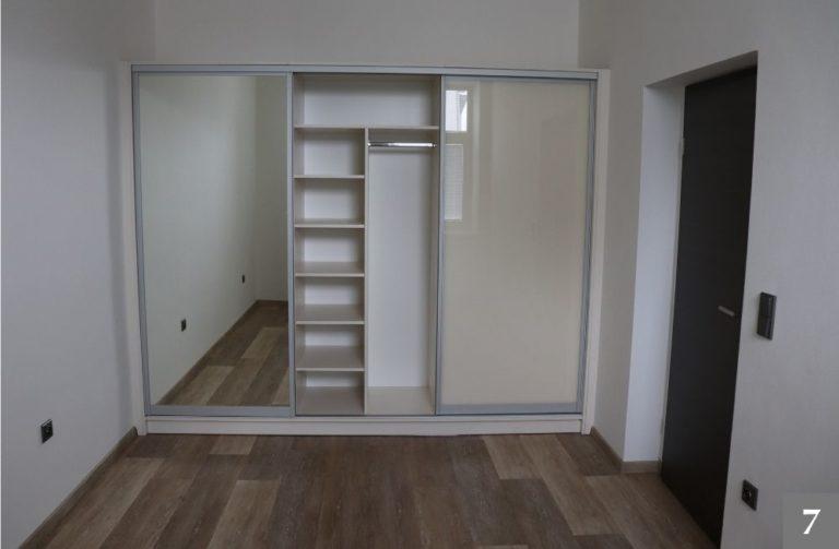 Vestavěné skříně se zrcadlem v ložnici