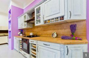 Bílá rustikální kuchyň s výraznými detaily