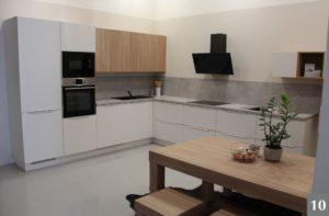 Minimalistická bílá kuchyně se dřevem ve studiu v Olomouci