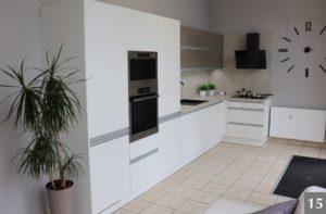 Bílá nadčasová kuchyně ve studiu v Ostravě s výraznými hodinami
