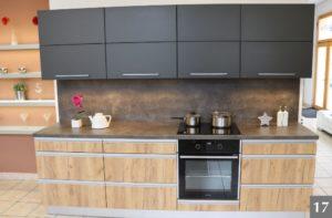 Moderní kuchyně kombinující černý mat a dřevo ve studiu v Olomouci