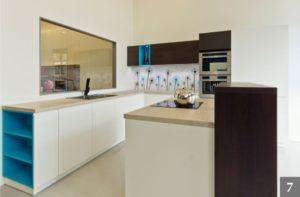 Moderní barevná kuchyně ve studiu Válek & Kačena