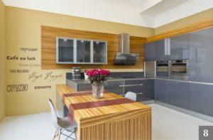 Kuchyně v kombinaci lesku a dřeva ve studiu v Olomouci
