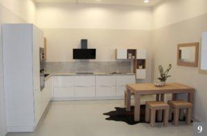 Bílá minimalistická kuchyně s moderními prvky