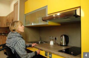 Bezbariérová kuchyně s polohovatelnými skříněmi